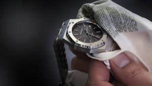 como limpiar un reloj