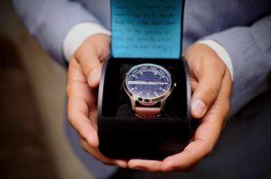 persona con reloj de compromiso en una caja