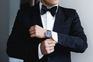persona con un reloj buen material